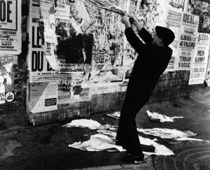 Jacques Villeglé beim Abreissen von Plakaten in den Straßen von Paris, 1963 Foto: Shunk-Kender © J. Paul Getty Trust. The Getty Research Institute, Los Angeles. (2014.R.20) Gift of the Roy Lichtenstein Foundation in memory of Harry Shunk and Janos Kender