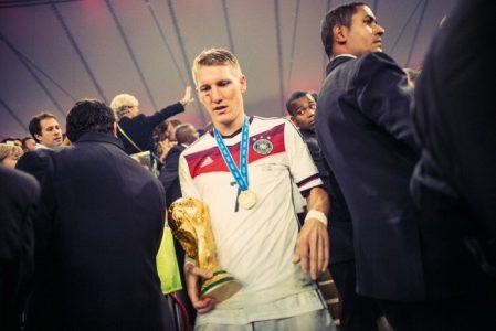Paul Ripke, Schweinsteiger mit Pokal, 2014  © Paul Ripke