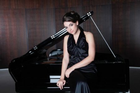"""Pianistin Olga Scheps: Mit Dvoráks selten gespieltem Klavierkonzert und dem """"Lamentate"""" von Arvo Pärt auf Konzertreise"""