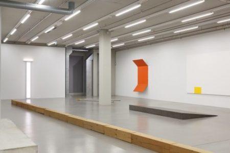 Vordergrund: Carl Andre: 35 Timber Line, 1968 MMK Museum für Moderne Kunst Frankfurt am Main, Foto: Axel Schneider