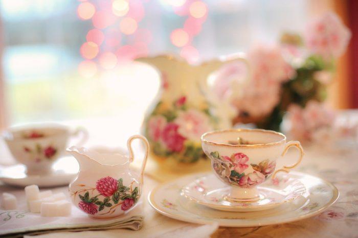 teetassen auf tisch