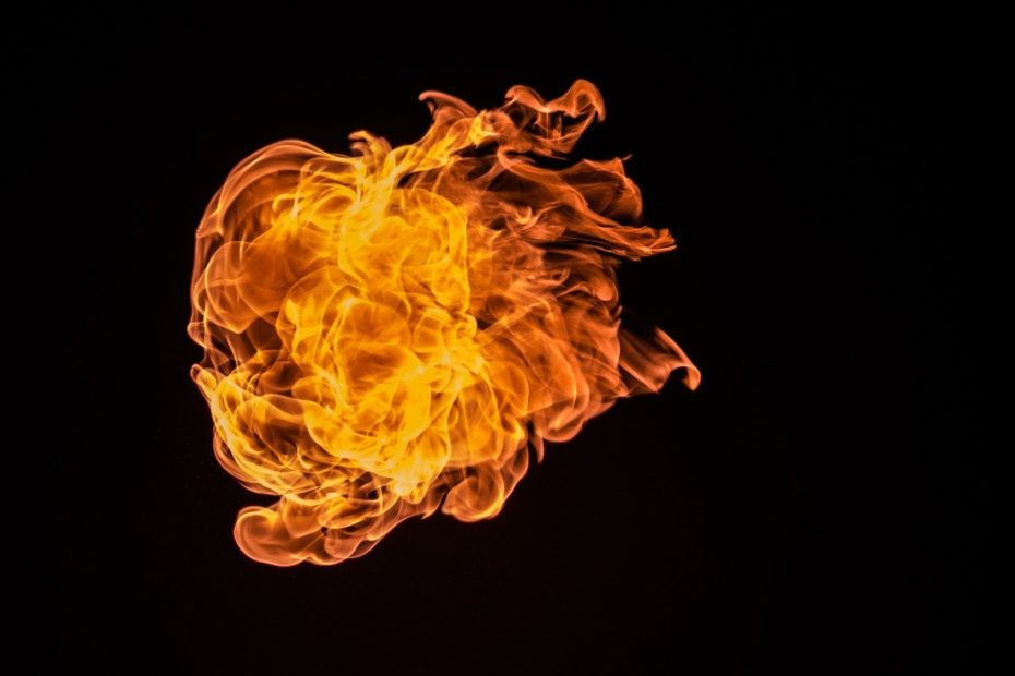 flammen vor schwarzem hintergrund