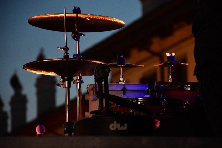 drums in abendaemmerung